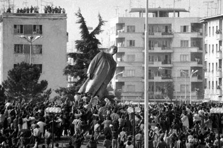 L'abbattimento della statua di Enver Hoxha, Tirana 1991.