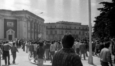 Manifestanti a Tirana.