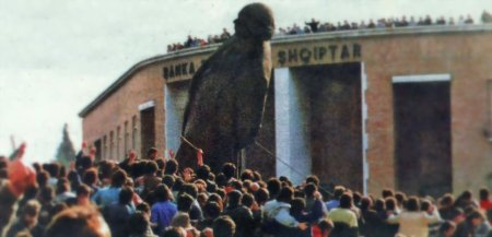20 febbraio 1991, in Piazza Skanderberg a Tirana un gruppo di studenti tirano giù la statua del dittatore Enver Hoxha.