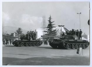Carri armati a Tirana per arrestare le proteste dei giovani, 1991.