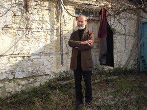 Gezim Hajdari davanti la sua casa natale, nel villaggio Hajdaraj, povincia di Darsìa