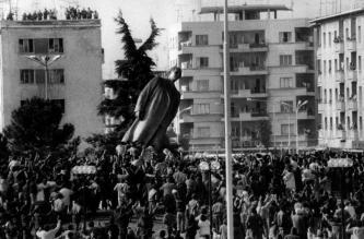 La caduta della statua di Enver Hoxha a Tirana. 20 febbraio 1991.