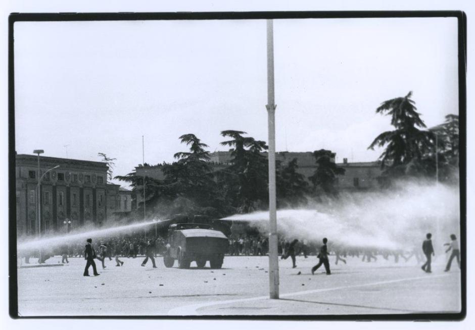 La polizia albanese tenta di disperdere i giovani protestanti contro il regime nella Skanderberg. Tirana, 1991.