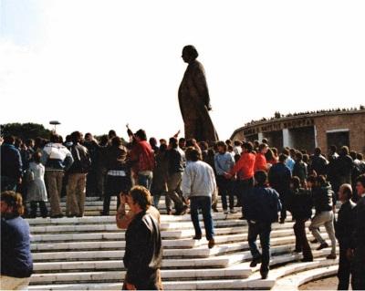 L'abbattimento del busto di Enver Hoxha, Tirana 1991.