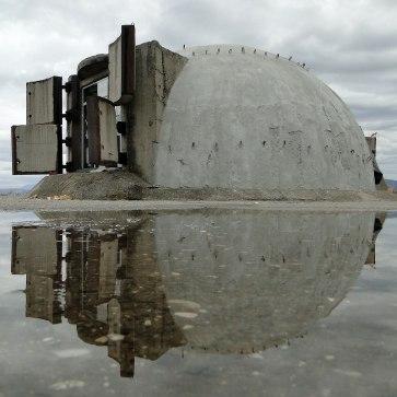 Uno dei 750 mila bunker costruiti nel periodo di Enver Hoxha.j