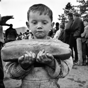 Bambino che tiene in mano la razione di pane dedicata alla sua famiglia, 1999.