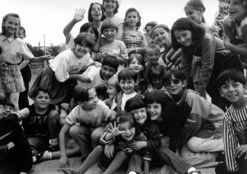 Bambini in un campo profugo tra l'Albania e il Kosovo, 1999.