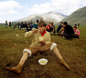 Bambino che mangia durante la guerra in Kosovo 1989.