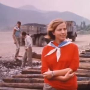 Una donna dirige i lavori per la costruzione delle ferrovie, Albania durante gli anni '70.
