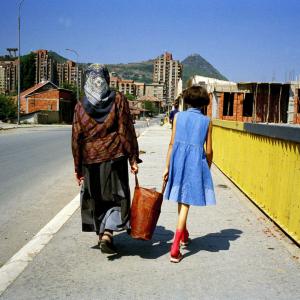 Kosovo: una madre e figlia che condividono il peso della borsa.