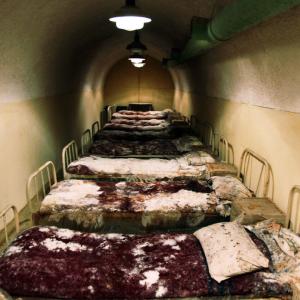 Sottoterra, Linza, Albania. Un dormitorio all'interno di un bunker che serviva al regime comunista albanese per proteggere ministri e servizi segreti in caso di conflitto. 18 Ottobre 2010 (GENT SHKULLAKU/AFP/Getty Images)
